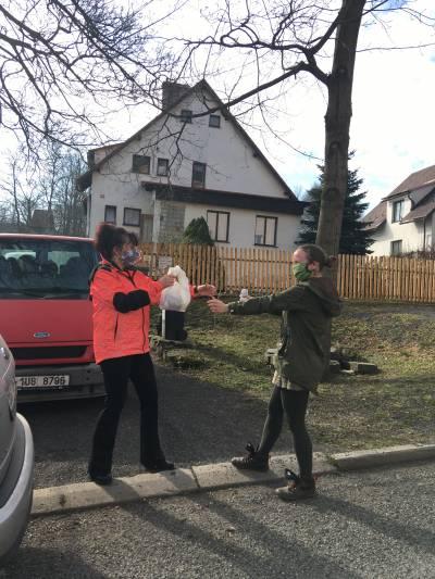 Dobrovolníci pomáhají s šitím roušek, obec Polevsko, březen 2020