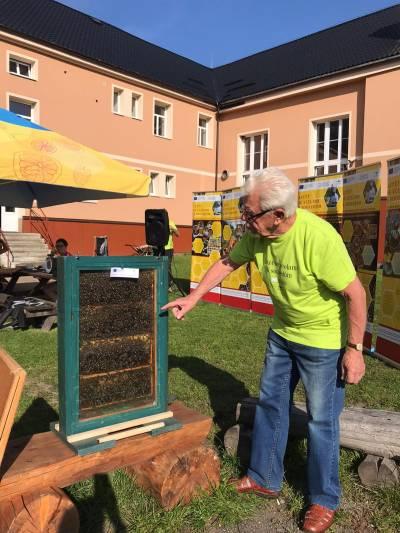 Letět se včelami k sousedům